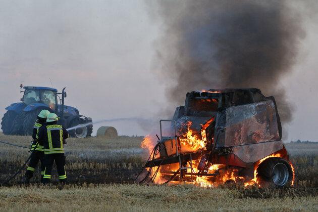 Ein Feld an der B 173 bei Bernsdorf stand am Freitagabend in Flammen.