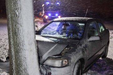 Ein Opelfahrer (18) verunglückte am Dienstag auf der Hainichener Straße in Freiberg. Er kam zur Beobachtung ins Krankenhaus.