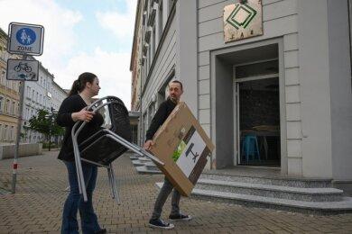 Letzte Handgriffe vor der Wiedereröffnung: Sarah Günther und Rayk Hofmeister sind die neuen Betreiber der Coffee-Art-Bar am Brühl.