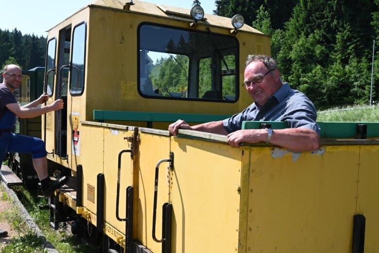 Danny Jokisch, der stellvertretende Vorsitzende des Fördervereins Historische Westsächsische Eisenbahnen (l.) und Vereinsmitglied Frank Dehnel an einer der Draisinen, die den Wernesgrüner Schienenexpress ziehen, wenn er nach Hammerbrücke fährt.