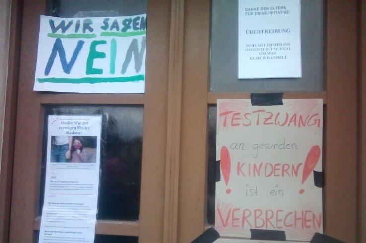 Protestschreiben und Plakate sowie Kinderschuhe am Rathaus Rechenberg: Doch die Initiatoren wollten offenbar unerkannt bleiben.