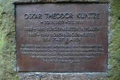 Diese Gedenktafel wurde entwendet. Das Foto entstand 2021 in Zusammenhang mit der Erfassung des Gedenksteins als Kulturdenkmal und wurde von der Unteren Naturschutzbehörde der Stadt Plauen erstellt.