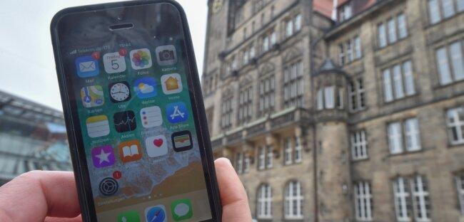 Die App für die schnelle Kommunikation mit dem Rathaus lässt zwar weiter auf sich warten, dafür bietet das Rathaus weitere Dienstleistungen an, die Einwohnerinnen und Einwohner mit mobilen Endgeräten wie einem Smartphone erledigen können.