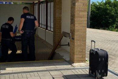 Einsatz beendet. Beamte der Entschärfungsgruppe Leipzig der Bundespolizei und der offenbar auf dem Bahnsteig vergessene Koffer.