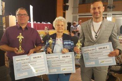 Ein illustres Trio: Ronny Priebe (Roßweiner Spielleute), Renate Winkler (TSV Fortschritt Mittweida) und Tommy Haeder (v. l.), Vereinschef des SV Fortschritt Lunzenau, sind vom Kreissportbund Mittelsachsen beim Hauptausschuss mit den Sport-Oscars ausgezeichnet worden.
