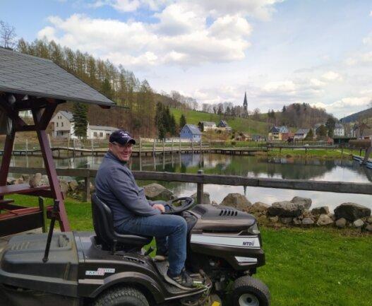 Jens Fischer, Betreiber des Ökobades in Rechenberg-Bienenmühle, hat das Gelände startklar für die Badesaison. Am Samstag soll sie beginnen.