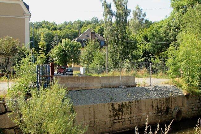 Mittlerweile ist die Brücke zwar weggerissen. Dennoch bilden deren Reste eine heikle Engstelle für die Göltzsch.