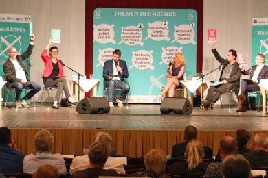 Sabine Zimmermann (Linke), Wolfgang Wetzel (Grüne), Gundula Schubert (SPD), die Moderatoren Michael Stellner und Ine Dippmann, Nico Tippelt (FDP), Carsten Körber (CDU) und Matthias Moosdorf (AfD) während der Schnellfragerunde am Donnerstagabend im Theater Crimmitschau. Das Publikum hatte die Bereiche Innenpolitik, Gesundheit und Wirtschaft mit je identisch vielen Stimmen als Top-Themen gewählt.