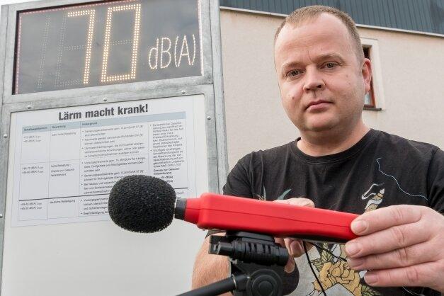 Das von Matthias Grahnert auf seinem Grundstück in Reitzenhain aufgestellte Display zeigt die von einem Schallpegelmessgerät registrierten Werte vorbeifahrender Fahrzeuge an.