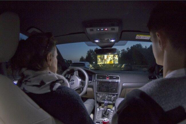 """Wer nicht bis zur Wiedereröffnung der """"normalen"""" Kinos warten kann, dem sei das Autokino nahe Geyer empfohlen. Da gibt es schon wieder Vorstellungen."""
