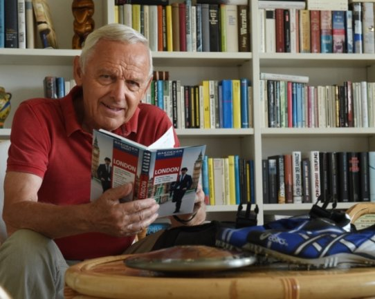 Peter Seifert vorm heimischen Bücherregal. Als er vor fünf Jahren zum Ehrenbürger ernannt wurde, gab's für den sportbegeisterten Ex-OB eine Reise zur Leichtathletik-WM in London dazu.