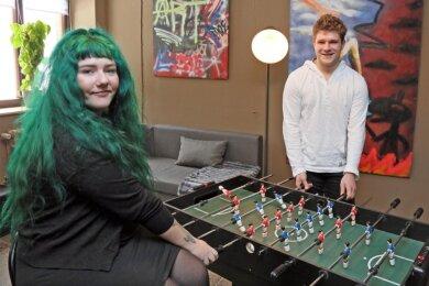 Die sozialpädagogische Mitarbeiterin Saskia Köhler und Klubbesucher Max Michael probieren den neuen Tisch-Kicker aus.