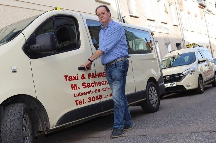 Michael Kreibich mit seinem Taxi. Durch die Pandemie sind ihm vor allem Aufträge von Reiseunternehmen weggebrochen.