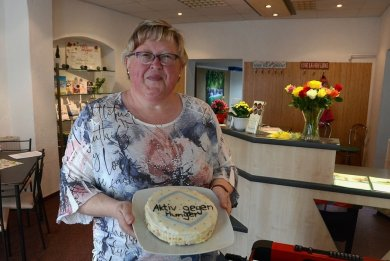 """Die Selbsthilfegruppe """"Aktiv gegen Depression"""" ist in die Auerbacher Hainstraße 3 umgezogen. Zur Eröffnung gab es für Leiterin Brigitte Mothes selbst gebackenen Kuchen."""
