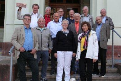 Klassentreffen 50 Jahre nach dem Abitur: 13 gereifte Absolventen und Bolonka-Hund Bobby (4).