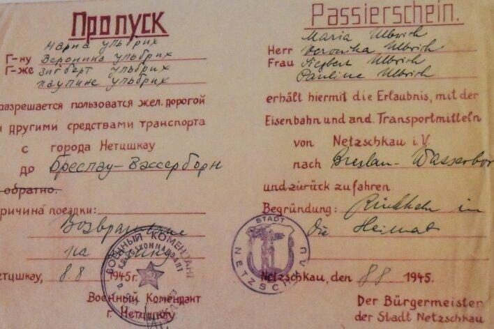 Passierschein für eine Familie, die von Netzschkau in die Heimat nach Breslau-Wasserborn zurückkehren wollte. Unterzeichnet war er vom sowjetischen Kriegskommandanten und dem Netzschauer Bürgermeister.