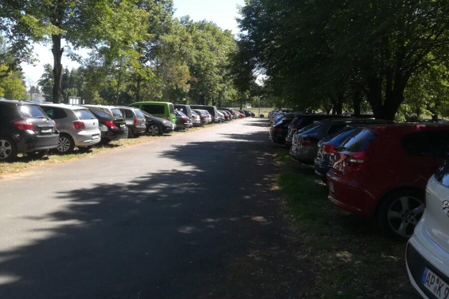Hochbetrieb auf dem Parkplatz am Stausee in Rabenstein. Einige Besucher stellten ihr Auto nur kurz ab - und zahlten trotzdem die volle Gebühr. Nun wird geprüft, ob sich für Kurzparker eine Lösung finden lässt.