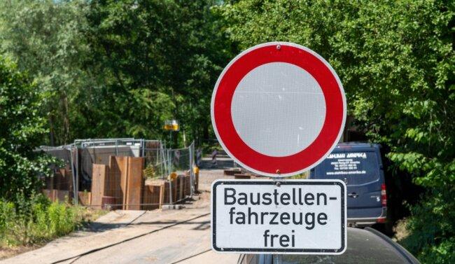 In Penig errichten Arbeiter zurzeit ein Pumpwerk. Deshalb ist die Thierbacher Straße unweit des Ortseingangs gesperrt.