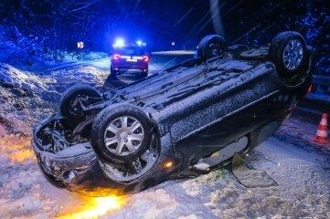 Der Peugeot landete auf der S 272 zwischen Antonsthal und Breitenbrunn auf dem Dach. Die Fahrerin blieb unverletzt.