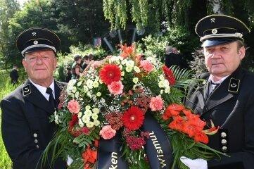 Dieter Mehlhorn (l.) und Stefan Schrutek vom Bergbautraditionsverein der Wismut bei der Kranzniederlegung.