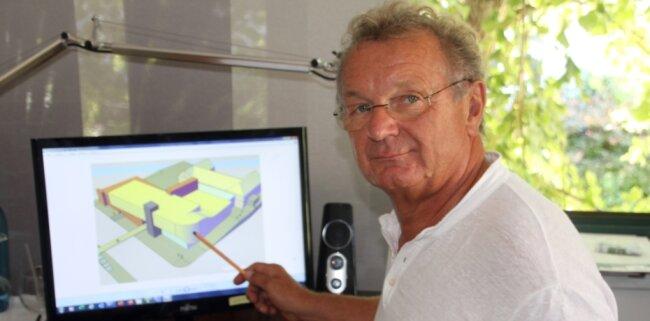 Roland Säurich, der Leiter des Tivoli Freiberg, zeigt frühere Skizzen für einen Komplex aus bestehendem Parkhaus und Übergang zur Stadt (l.), Hotel (vorn) und Konzerthaus Tivoli (r.).