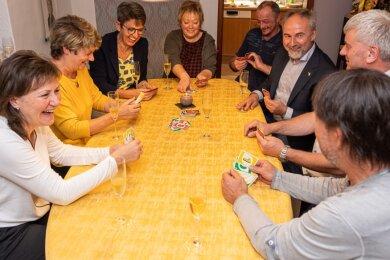 Kartenspiel und Anekdoten gehören jedes Jahr dazu, wenn die vogtländischen Paare in den Tag der Deuschen Einheit hineinfeiern, diesmal in Hammerbrücke. Von links Ute Rosenbaum, Everose Fickert, Ulrike Jugelt, Katrin Strobel, Jörg Strobel, Karsten Jugelt, Jürgen Fickert und André Rosenbaum.