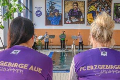 """Bläser der Erzgebirgischen Philharmonie haben am Donnerstag vergangener Woche ein Konzert in der Schwimmhalle Aue gegeben. Sie spielten das Werk """"Bilder einer Ausstellung"""" von Modest Mussorgski."""