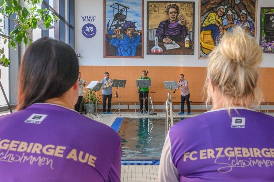 """Bläser der Erzgebirgischen Philharmonie haben am Donnerstag ein Konzert in der Schwimmhalle Aue gegeben. Sie spielten das Werk """"Bilder einer Ausstellung"""" von Modest Mussorgski."""
