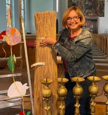 Birgit Hüwel vom Kirchenvorstand bei der Vorbereitung.