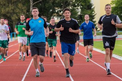 Aufgalopp: Die Freiberger Handballer starteten am Montag auf dem Platz der Einheit in die heiße Phase der Vorbereitung. Vorn laufen die drei Neuzugänge Ben Horna, Lorenz Nossek und Erik Riedel (v. l.).