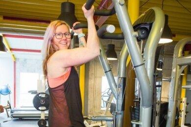Die Club-Aktiv-Trainerin Sindy Möbius stählt sich gerade an der neuen Klimmzugmaschine. Diese zählt zu ihren Lieblingsgeräten.