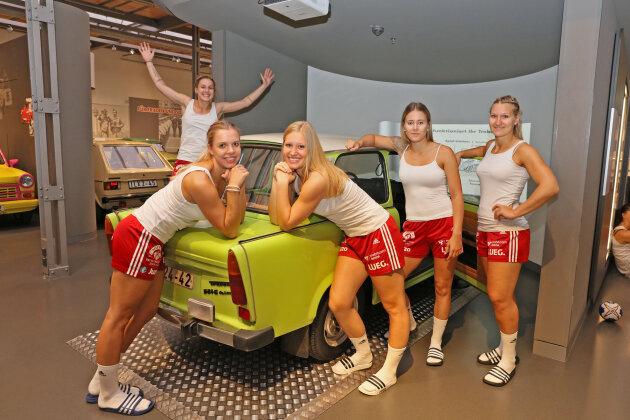 Shooting fürs Mannschaftsbild: Handballdamen als Fotomodelle