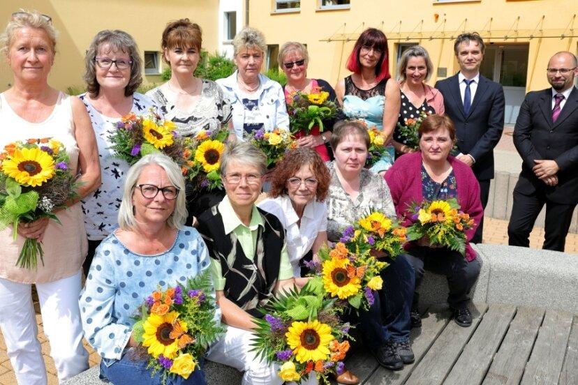 """Diese Frauen vom """"Haus Fichtelbergblick"""" sind ein gutes Team. Heimleiter Paul Schaarschmidt und EKH-Geschäftsführer Thoralf Bode (von rechts) haben das Dienstjubiläum genutzt, um Danke zu sagen."""