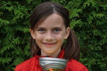 Die achtjährige Mia Sickel ist stolz auf den Pokal.