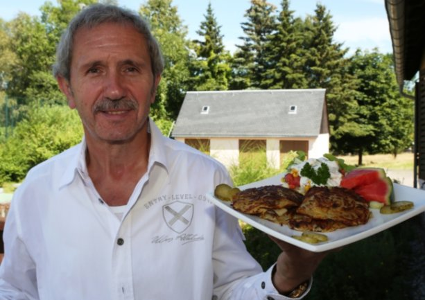 """Olaf Rammler serviert jetzt im """"Haus des Gastes"""" in Grünhain. Seinen Gästen tischt er dabei eine besondere Spezialität auf: Fratzen mit Schiebböcker."""