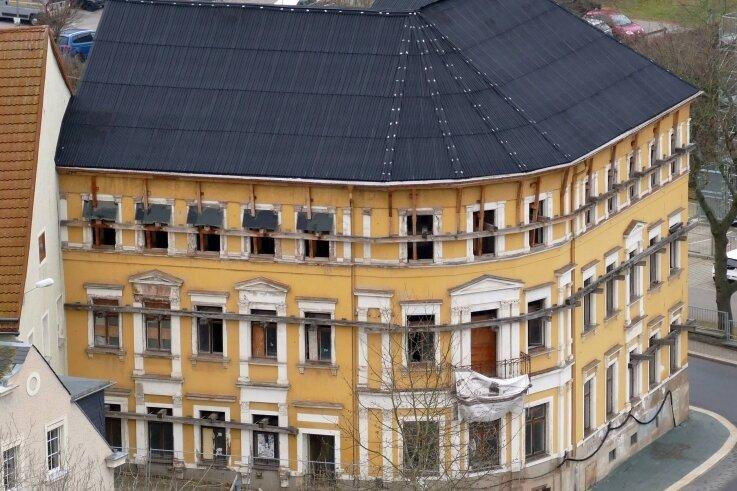 Noch ragen die Balken für die Notsicherung aus den Fenstern des Stadtcafés, doch schon bald sollen diese nicht mehr benötigt werden.