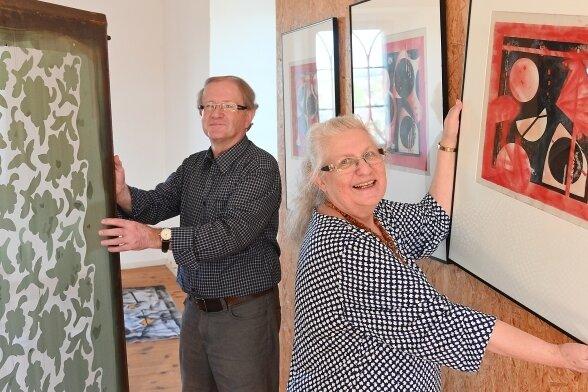 Im roten Turm der Burg sind Siebdruckarbeiten von Heidi (r.), Thomas (l.) und Michael Petzoldt zu sehen. Thomas Petzoldt hält hier eine Original-Schablone für eine Siebdruckmaschine aus der Plaugard.