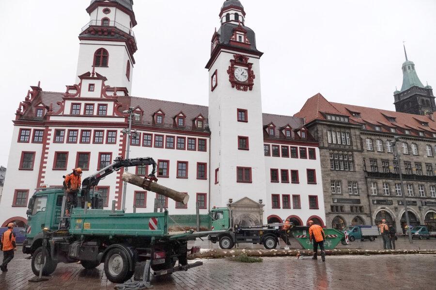 Chemnitzer Weihnachtsbaum wird zerlegt