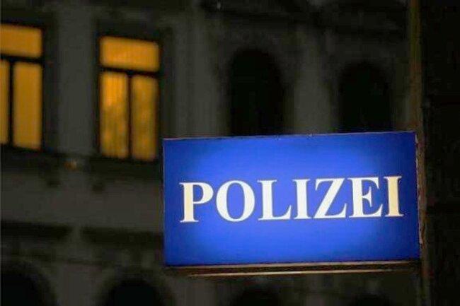 In Plauen hat sich ein Exhibitionist vor einer Frau entblößt. Die Polizei sucht Zeugen.