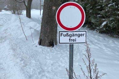 Der Winterwanderweg im Klingenthaler Stadtteil Untersachsenberg warbisweilen schwer zu begehen.