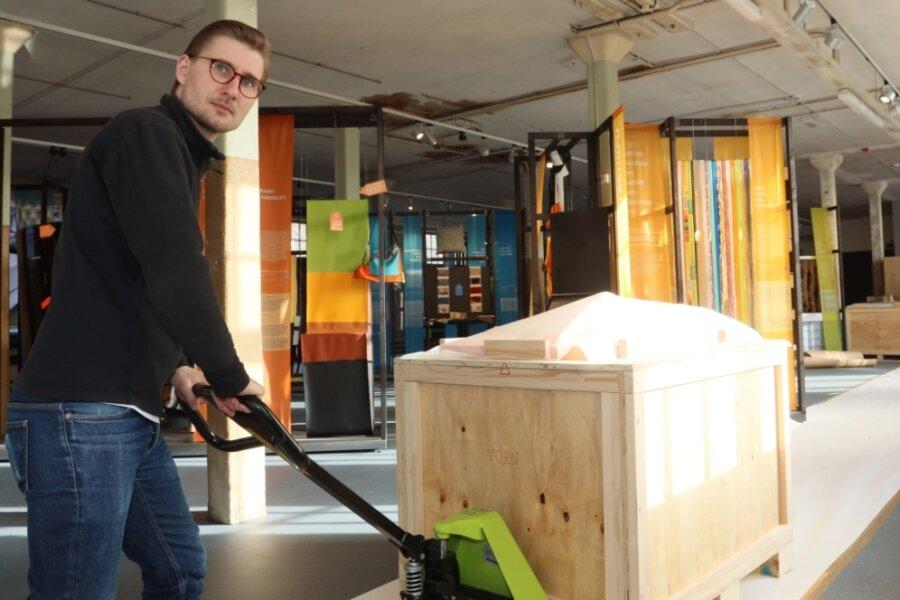 Thomas Schmäschke beim Transport der neuen Vitrinen für das Textilmuseum Crimmitschau.