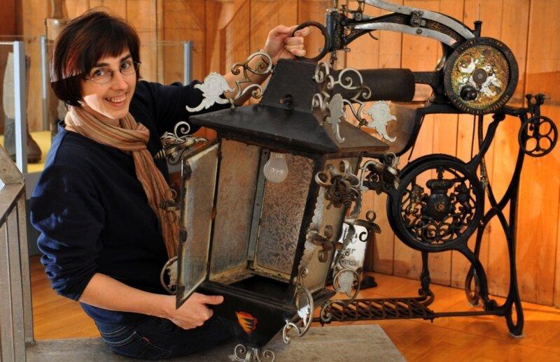 Webmuseums-Leiterin Ramona Metzler zeigt eine Lampe des alten Heimatmuseums Pfarrgasse 5. Ab Sonnabend werden weitere verborgene Schätze der Öffentlichkeit präsentiert.