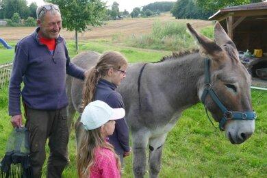 Sein Esel Vaillant ist für Michael Rinderle eine Art Türöffner, wenn er auf seinem Weg nach Fernost durch die Dörfer zieht. Auch in Falkenbach, wo das außergewöhnliche Duo in einer Hütte am Sportplatz übernachtete, erwärmte der Vierbeiner die Herzen so mancher Anwohner - vor allem die der Kinder.
