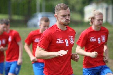 Widerständen trotzen heißt es dieser Tage für Mittelsachsens Fußballer, hier der Mittweidaer Felix Hennig (v.), in der Vorbereitung.