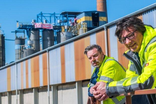 Ende September schließt der Konzern Imerys seinen Standort in Oelsnitz. Noch sind Werksleiter Ulrich Heidenreich und Spartendirektor Andreas Girschik (von links) in Oelsnitz vor Ort.