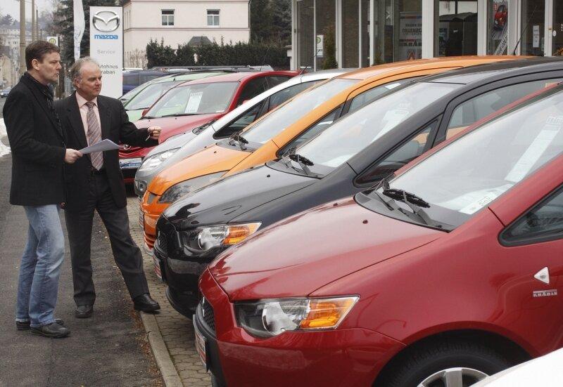 Die Verschrottungsprämie steigert schon jetzt den Auto-Absatz. Das spürt auch Verkaufsleiter Joachim Oehme vom Chemnitzer Autohaus Kraban, hier im Gespräch mit Bernd Schneider, einem Kunden.