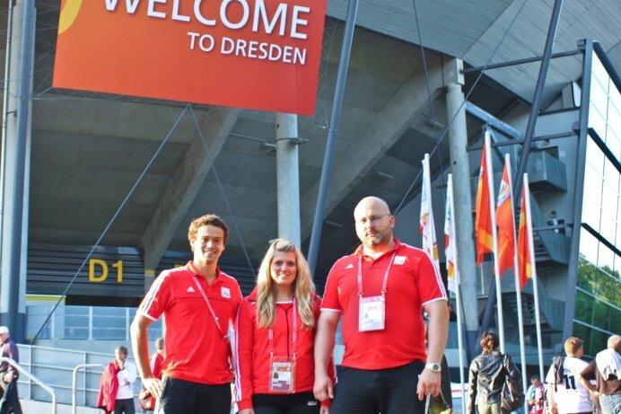 """<p class=""""artikelinhalt"""">Alexander Hahn, Carolin Plietzsch und Mario Diersing (v. l.) waren als Helfer in Dresden mittendrin im WM-Geschehen.</p>"""