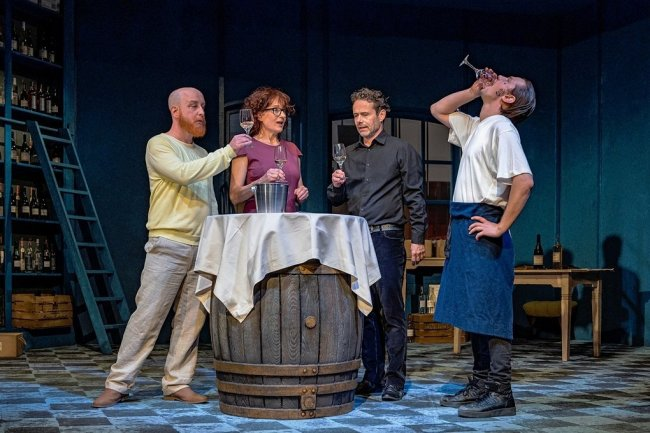 """Christian Ruth (Guillaume), Ulrike Euen (Horténse), Christian Schmidt (Jacques) und Konstantin Weber als Steve (von links) üben so etwas wie alltägliche Menschlichkeit bei der """"Weinprobe für Anfänger""""."""