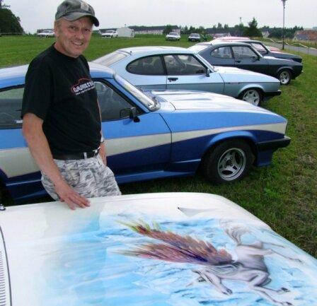 """<p class=""""artikelinhalt"""">Diethardt Behrendt präsentiert die mit dem Pegasus-Motiv kunstvoll gestaltete Motorhaube seines Ford Capri. </p>"""