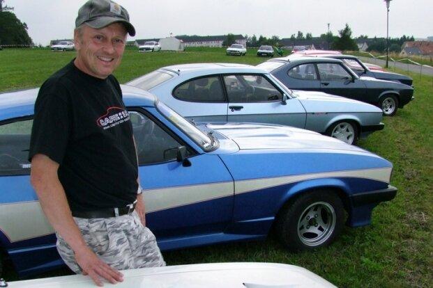 Diethardt Behrendt präsentiert die mit dem Pegasus-Motiv kunstvoll gestaltete Motorhaube seines Ford Capri.